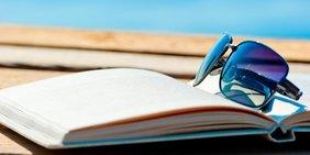 Sonnenbrille mit Buch