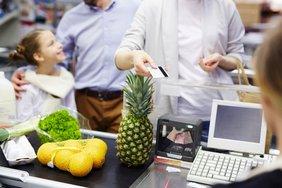 Supermarkt Warteschlange Kassiererin
