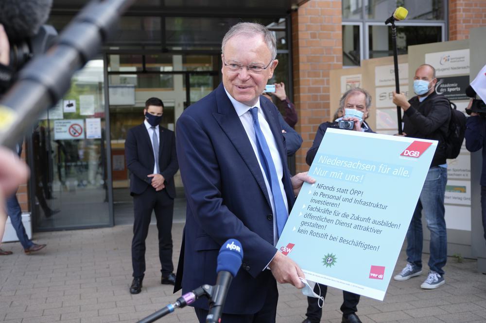 Stephan Weil nimmt Forderungen des DGB Niedersachsen zu Investitionen entgegen