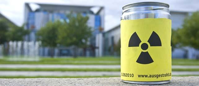 Blechdose mit Atomzeichen-Aufkleber steht auf einer Mauer vor dem Kanzleramt
