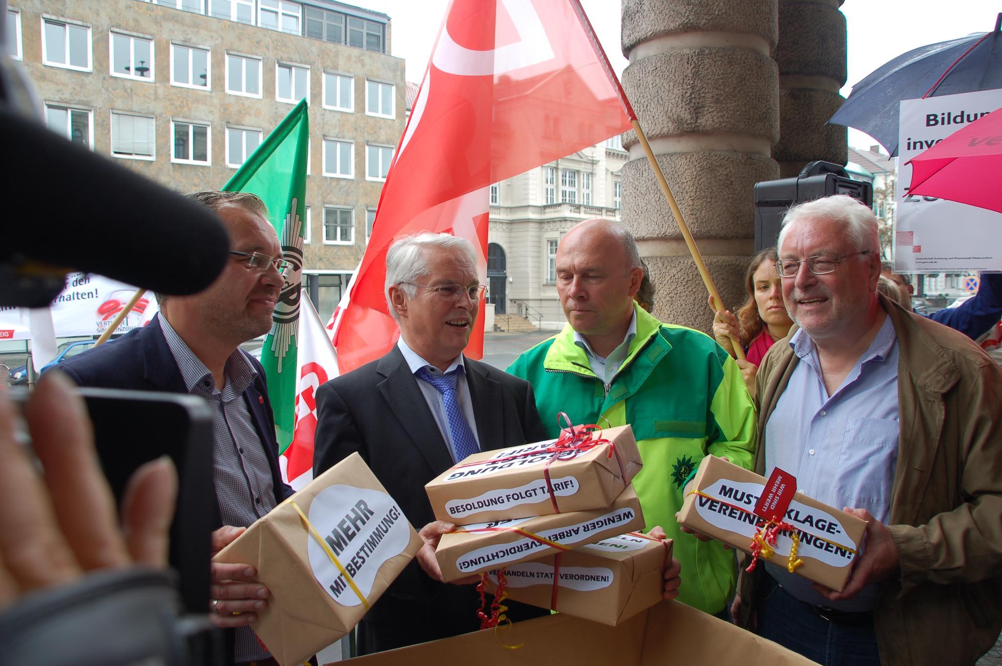 Gewerkschaftsvertreter überreichen Forderungspaket an den niedersächsischen Finanzminister Scheider.
