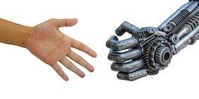 Menschlicher Arm reicht Roboter Arm die Hand