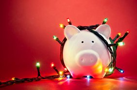 Sparschwein mit Weihnachtslichterkette