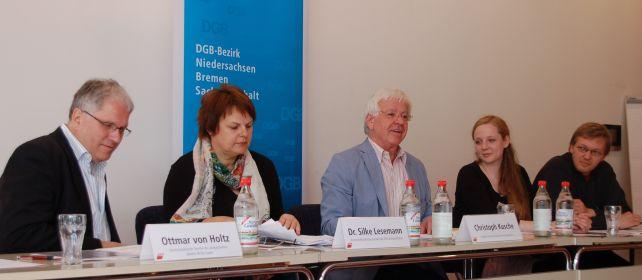 Christoph Kusche leitet die Podiumsdiskussion.