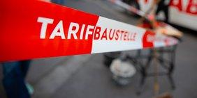 Absperrband: Tarif-Baustelle in Karlsruhe