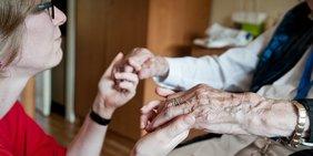 Alte mit Pflegerin