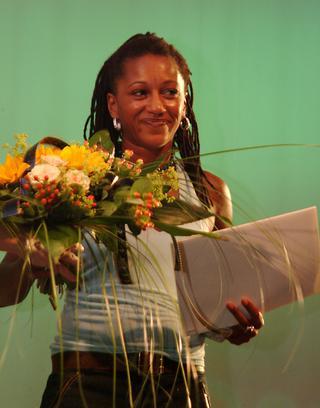 Claire Perkins nimmt den Filmpreis entgegen