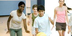 Kinder (Mädchen und Jungen) spielen mit Ball in einer Turnhalle