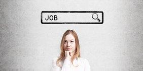"Junge Frau steht unter Schriftzug ""Job"""