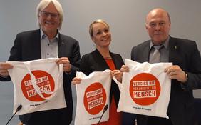 """Detlef Ahting, verdi, Laura Pooth, GEW, Dietmar Schilff, GdP, halten Beutel der Kampagne """"Vergiß nie, hier arbeitet ein Mensch"""" hoch"""
