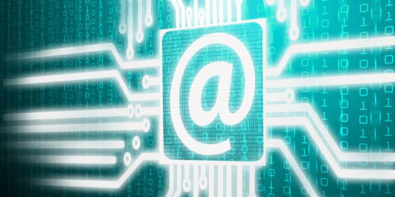 Emailsymbol auf binären Codes im Hintergrund