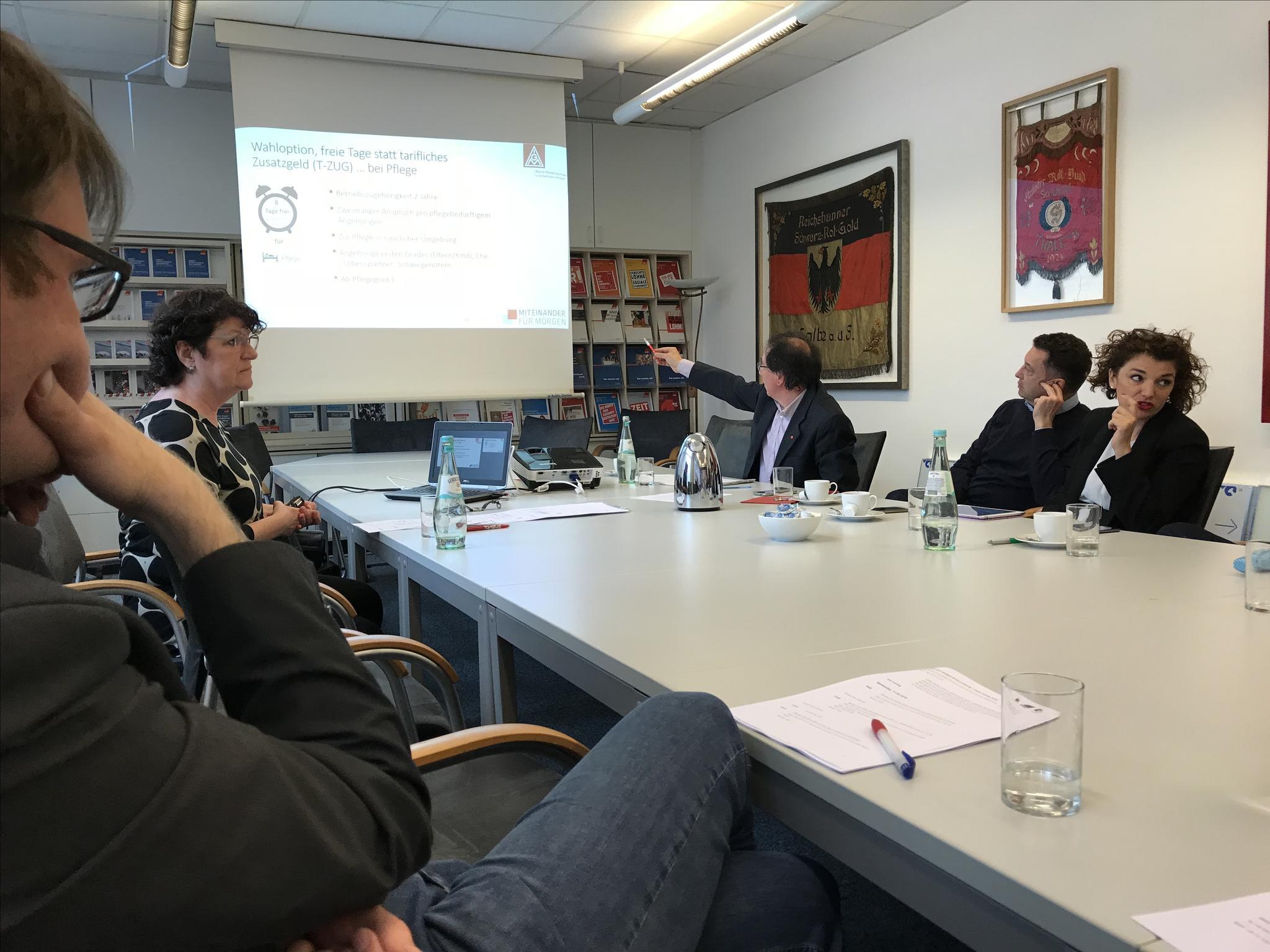 Martina Manthey (IG Metall, zweite von links) erklärt den Tarifabschluss Metall- und Elektroindustrie.