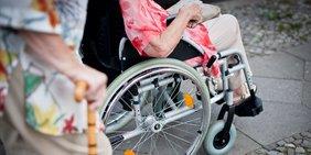 Seniorin im Rollstuhl