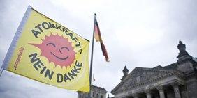"""Fahne mit Aufdruck """"Atomkraft? Nein danke"""" vor dem Reichstag"""