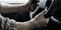 LKW Fahrer mit Händen am Lenkrad