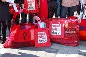 Viele rote Taschen, selbstgestrickt