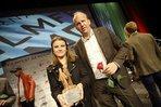 Krönender Abschluss: Bei der Gala überreicht Michael Hehemann (IG Metall) den DGB-Filmpreis an Sarah-Franklin Schaar.