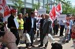 Finanzminister Peter-Jürgen Schneider erhält die Forderungen symbolisch als Geldsäcke